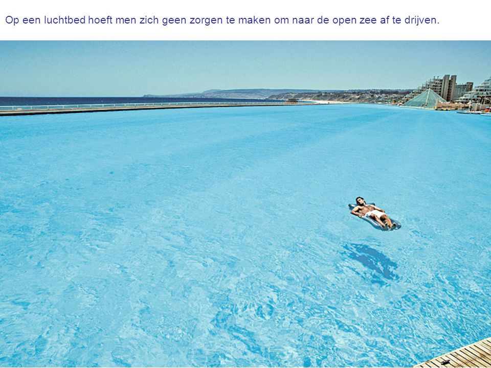 Op een luchtbed hoeft men zich geen zorgen te maken om naar de open zee af te drijven.