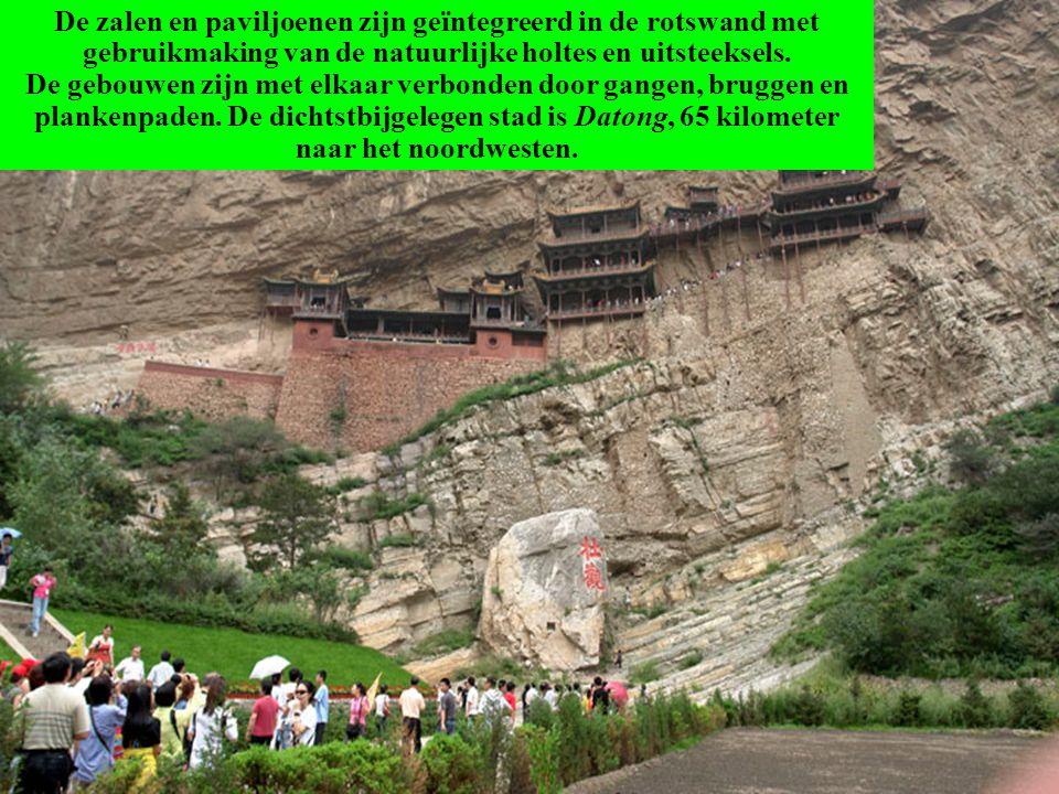 De zalen en paviljoenen zijn geïntegreerd in de rotswand met gebruikmaking van de natuurlijke holtes en uitsteeksels.