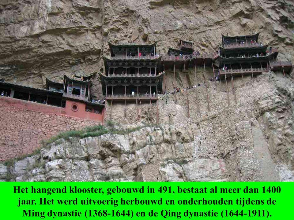 Het hangend klooster, gebouwd in 491, bestaat al meer dan 1400 jaar