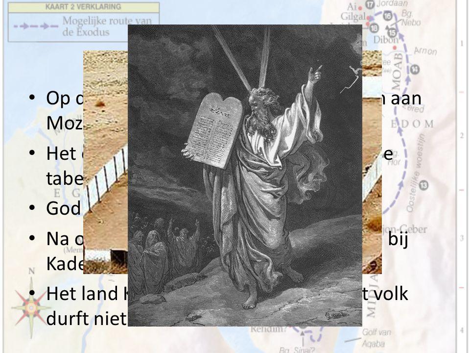 Tussenperiode Op de Horeb geeft God de tien geboden aan Mozes.