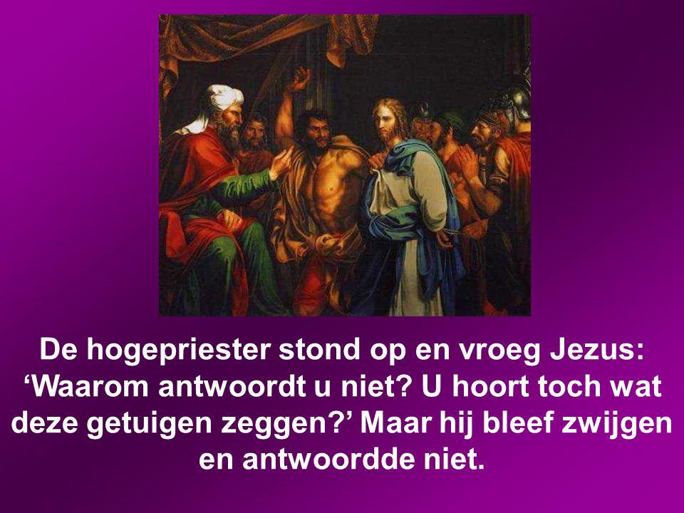 De hogepriester stond op en vroeg Jezus: 'Waarom antwoordt u niet