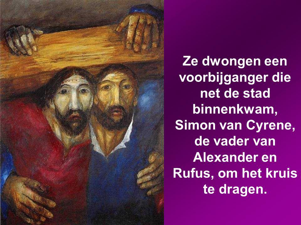 Ze dwongen een voorbijganger die net de stad binnenkwam, Simon van Cyrene, de vader van Alexander en Rufus, om het kruis te dragen.