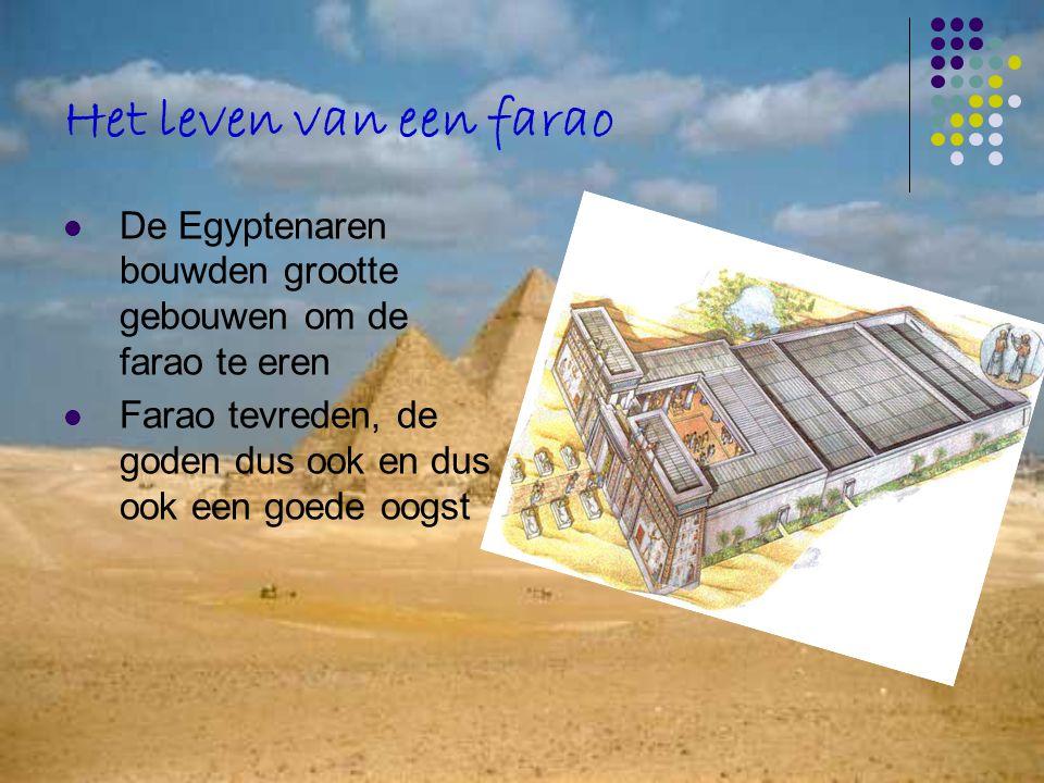 Het leven van een farao De Egyptenaren bouwden grootte gebouwen om de farao te eren.