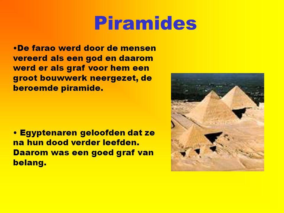 Piramides De farao werd door de mensen vereerd als een god en daarom werd er als graf voor hem een groot bouwwerk neergezet, de beroemde piramide.