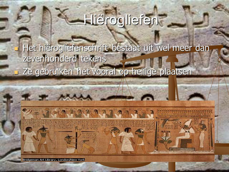 Hiërogliefen Het hiërogliefenschrift bestaat uit wel meer dan zevenhonderd tekens.