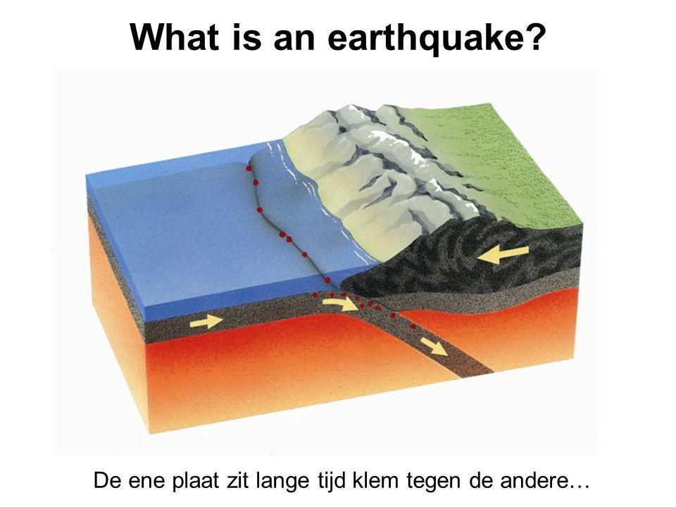What is an earthquake De ene plaat zit lange tijd klem tegen de andere…