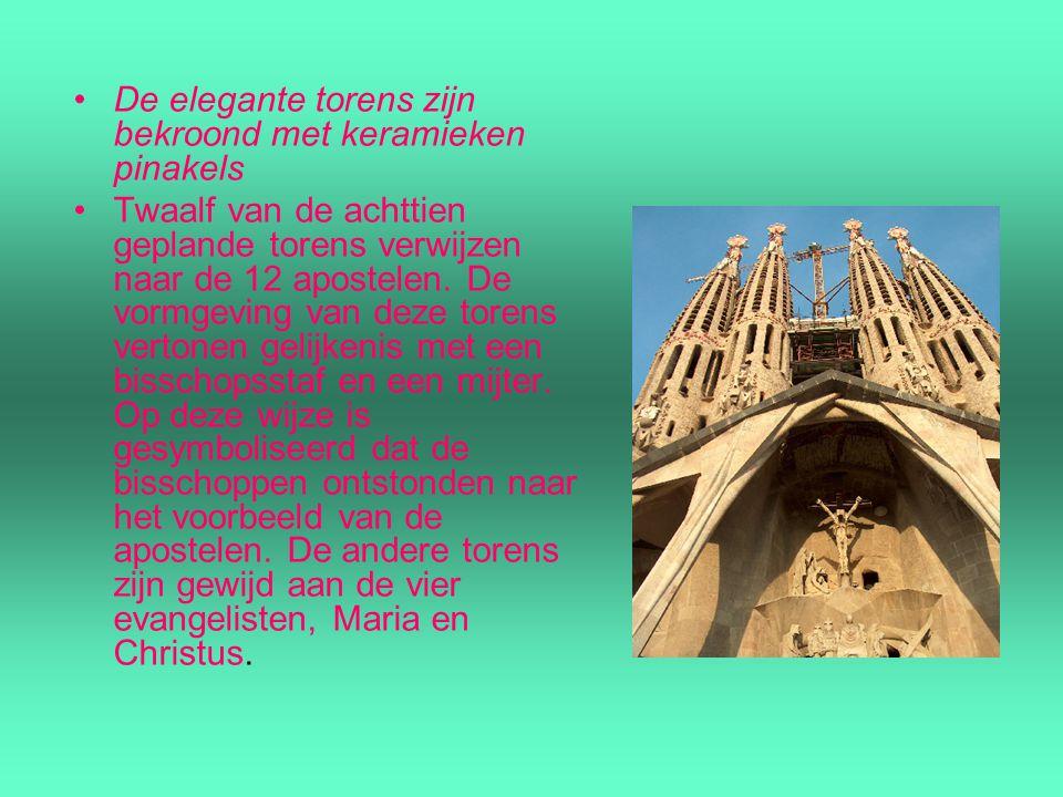 De elegante torens zijn bekroond met keramieken pinakels