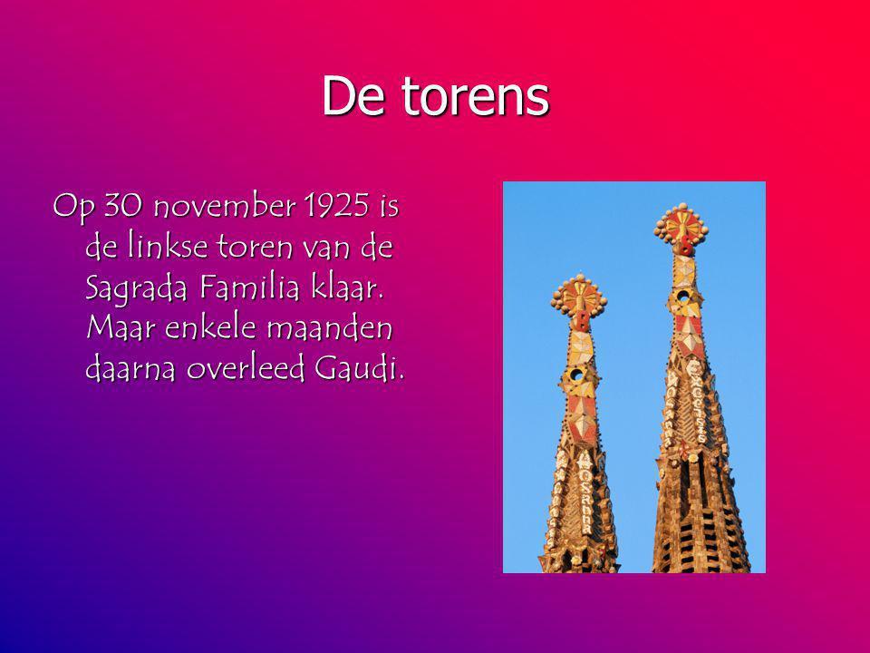 De torens Op 30 november 1925 is de linkse toren van de Sagrada Familia klaar.