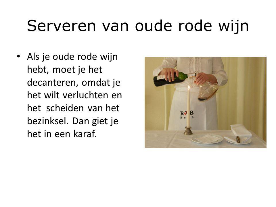 Serveren van oude rode wijn