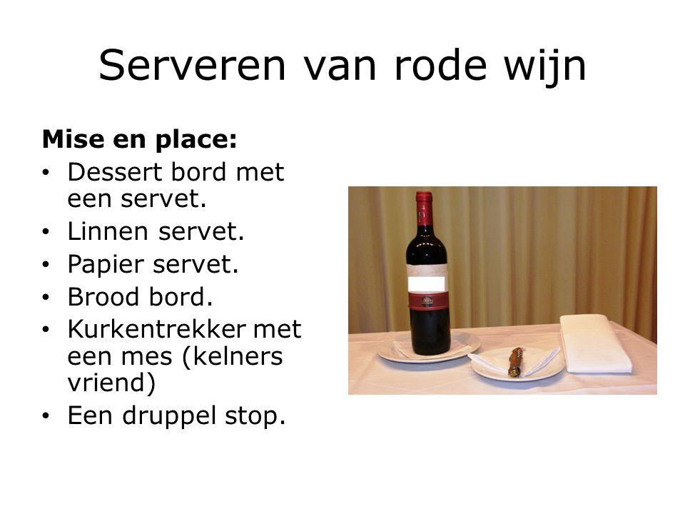 Serveren van rode wijn Mise en place: Dessert bord met een servet.