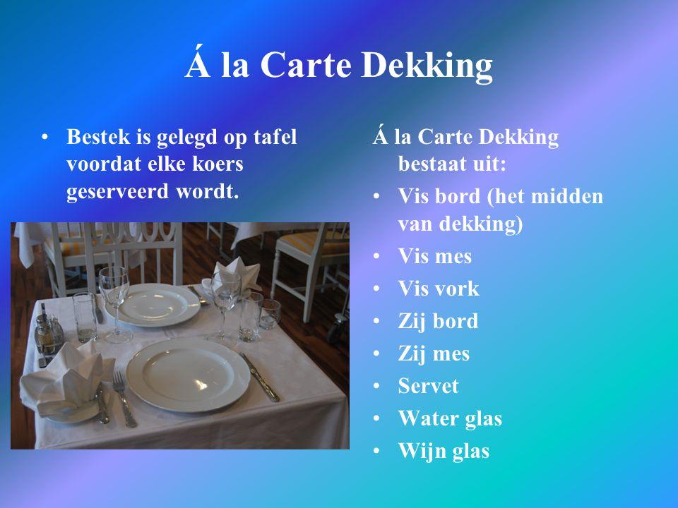 Á la Carte Dekking Bestek is gelegd op tafel voordat elke koers geserveerd wordt. Á la Carte Dekking bestaat uit: