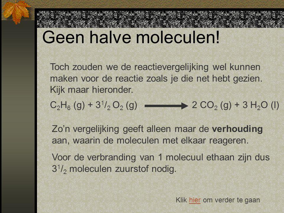 Geen halve moleculen! Toch zouden we de reactievergelijking wel kunnen maken voor de reactie zoals je die net hebt gezien. Kijk maar hieronder.