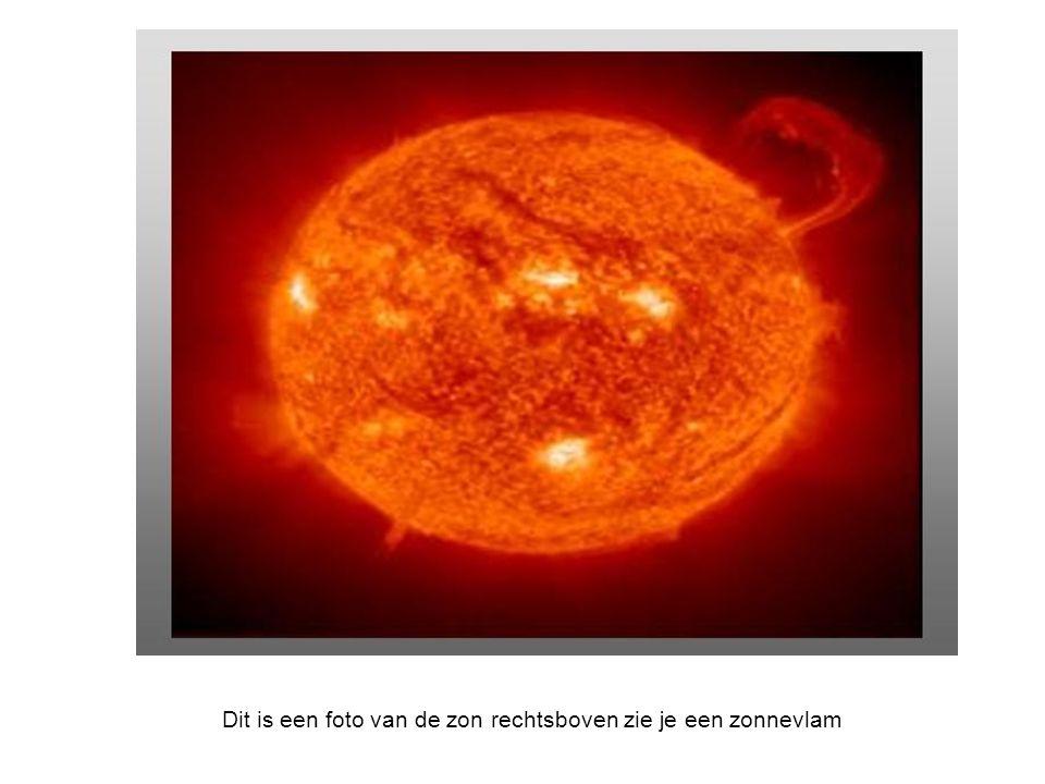 Dit is een foto van de zon rechtsboven zie je een zonnevlam