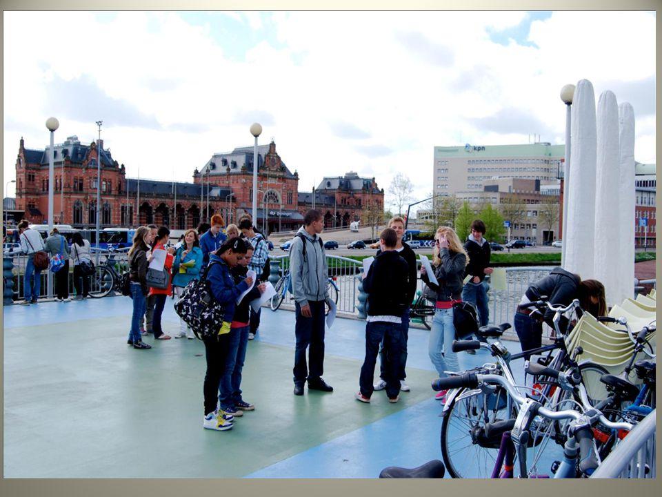 Op de brug van het Groninger museum wordt vooral duidelijk dat binnenstad en city 2 verschillende begrippen zijn en dat ze niet op de zelfde plek liggen.