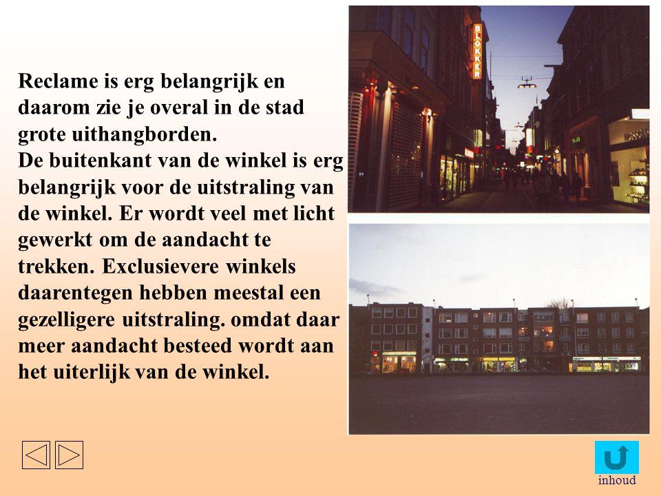 Reclame is erg belangrijk en daarom zie je overal in de stad grote uithangborden.