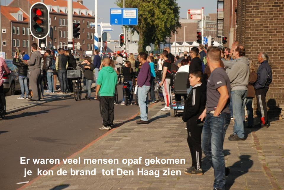 Er waren veel mensen opaf gekomen je kon de brand tot Den Haag zien