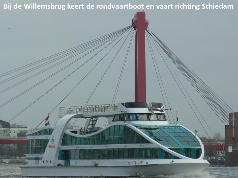 Bij de Willemsbrug keert de rondvaartboot en vaart richting Schiedam