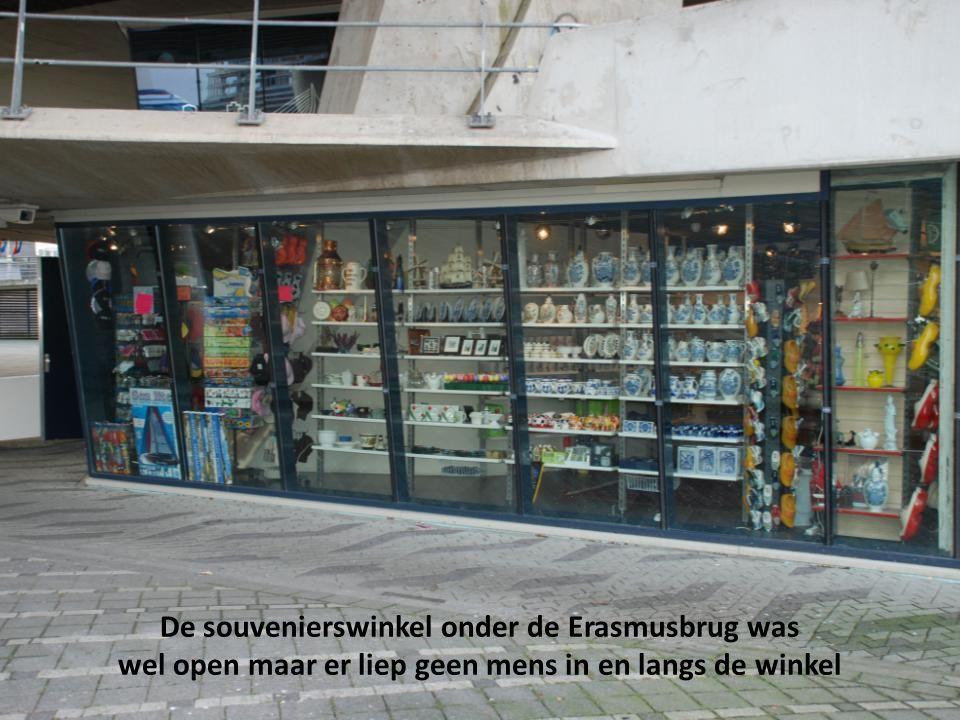 De souvenierswinkel onder de Erasmusbrug was