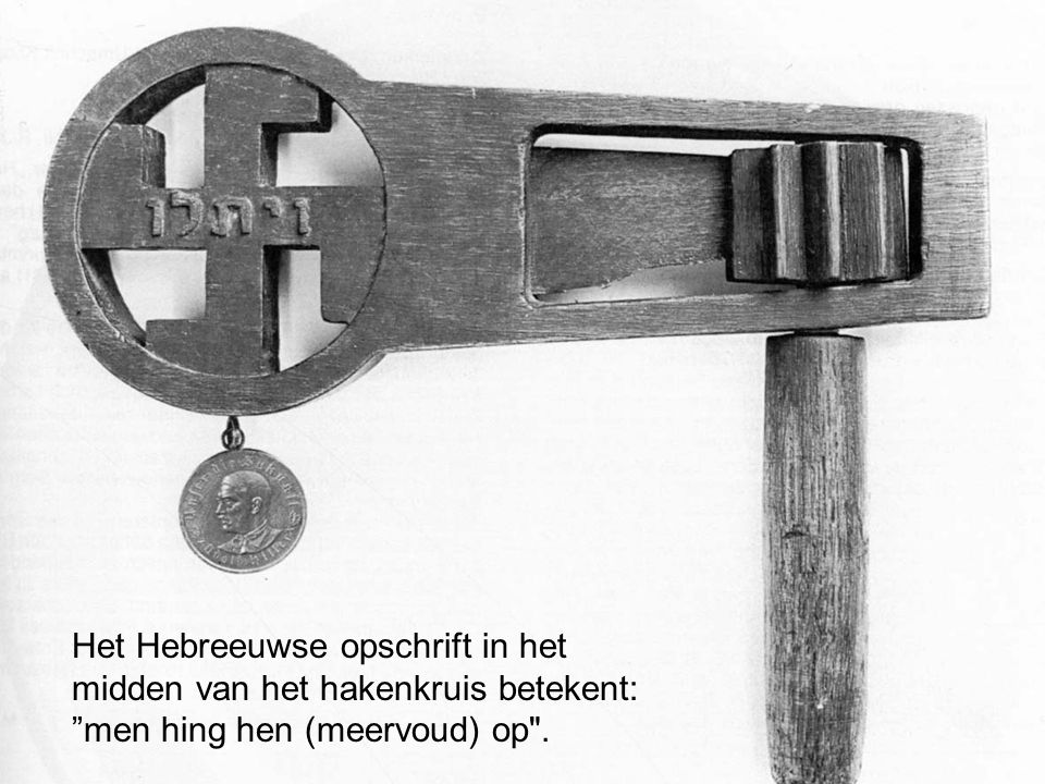 Het Hebreeuwse opschrift in het midden van het hakenkruis betekent: men hing hen (meervoud) op .