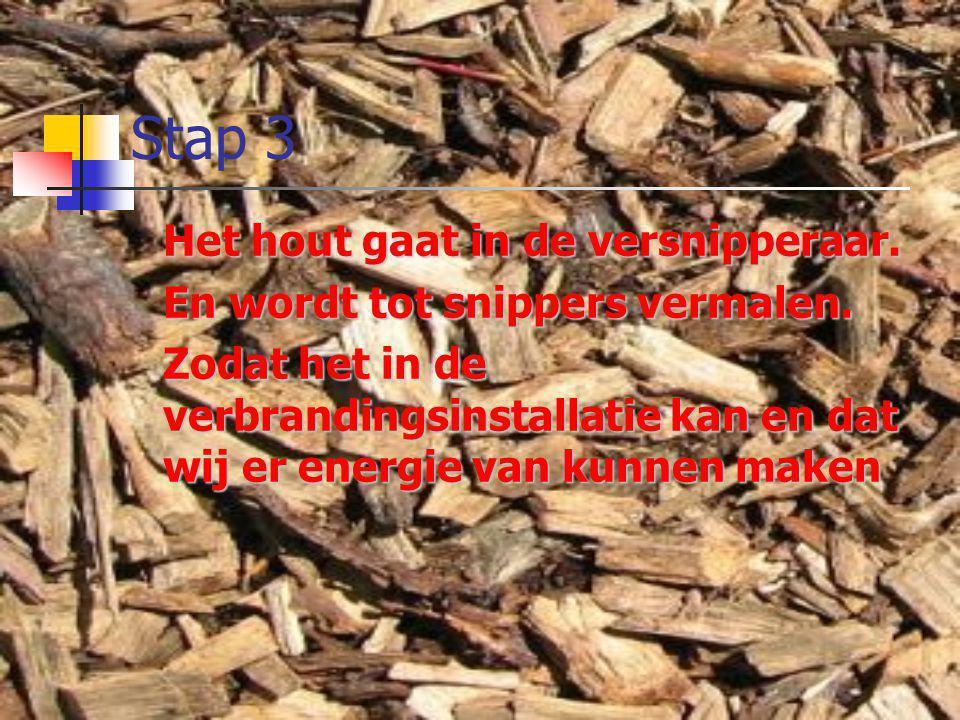 Stap 3 Het hout gaat in de versnipperaar.