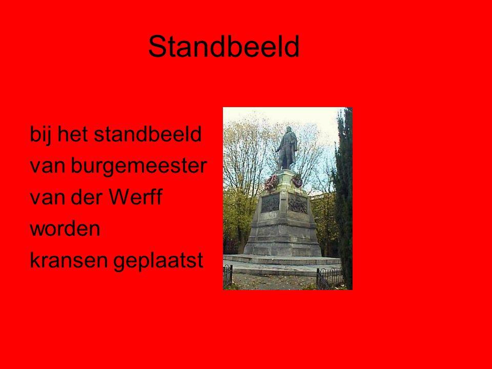 Standbeeld bij het standbeeld van burgemeester van der Werff worden