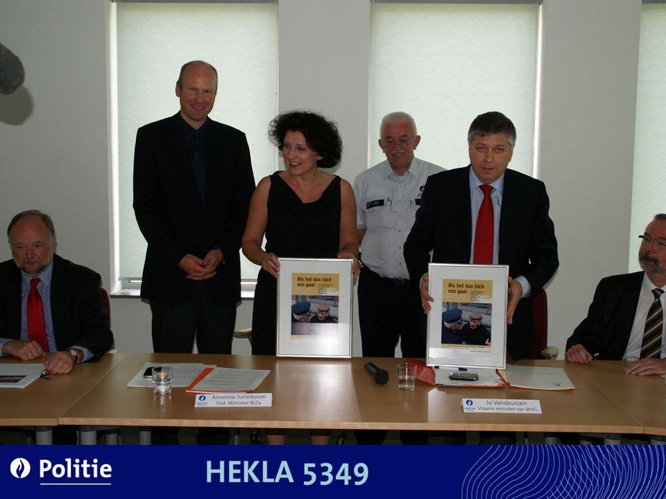 De toenmalige minister van Binnenlandse zaken Annemie Turtelboom en de Vlaamse minister van Welzijn/Gezin verschaften ons de eer het eerste exemplaar te willen overhandigen.