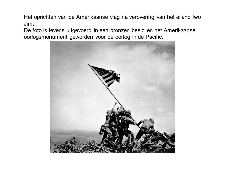 Het oprichten van de Amerikaanse vlag na verovering van het eiland Iwo Jima.