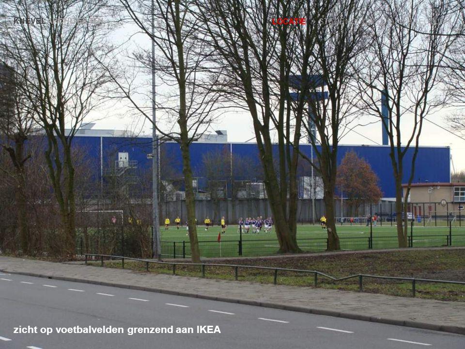 zicht op voetbalvelden grenzend aan IKEA