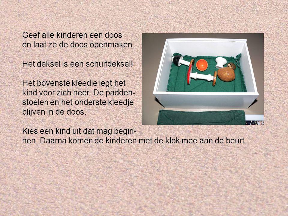 Geef alle kinderen een doos en laat ze de doos openmaken.