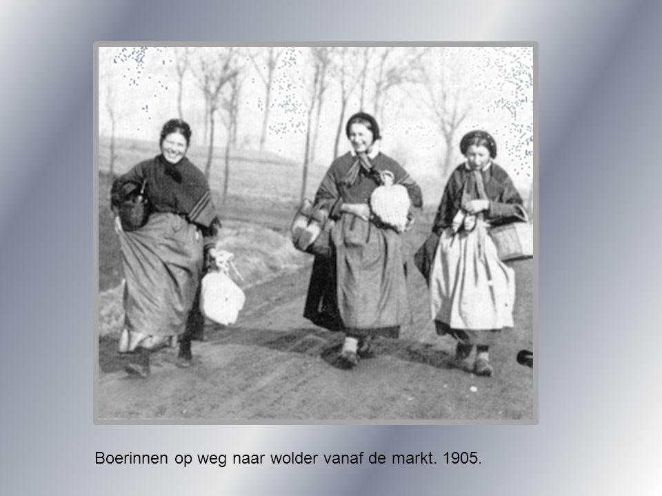 Boerinnen op weg naar wolder vanaf de markt. 1905.