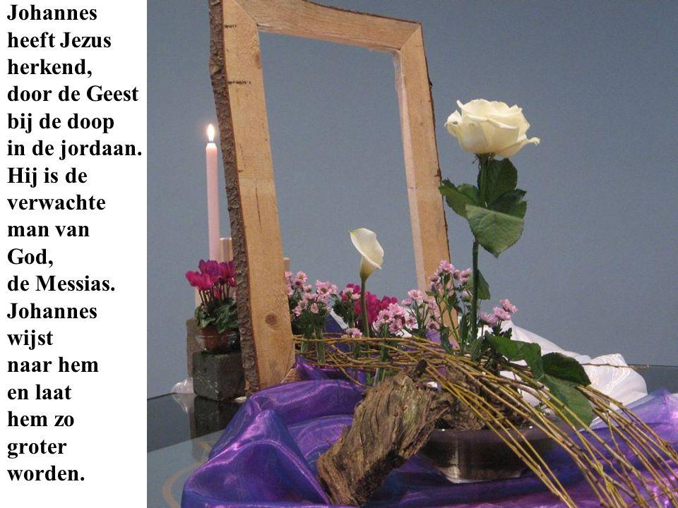 Johannes heeft Jezus. herkend, door de Geest. bij de doop. in de jordaan. Hij is de. verwachte.