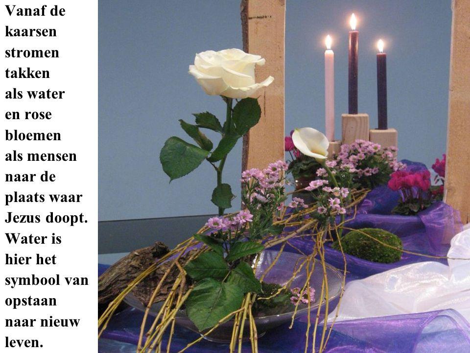 Vanaf de kaarsen. stromen. takken. als water. en rose. bloemen. als mensen. naar de. plaats waar.