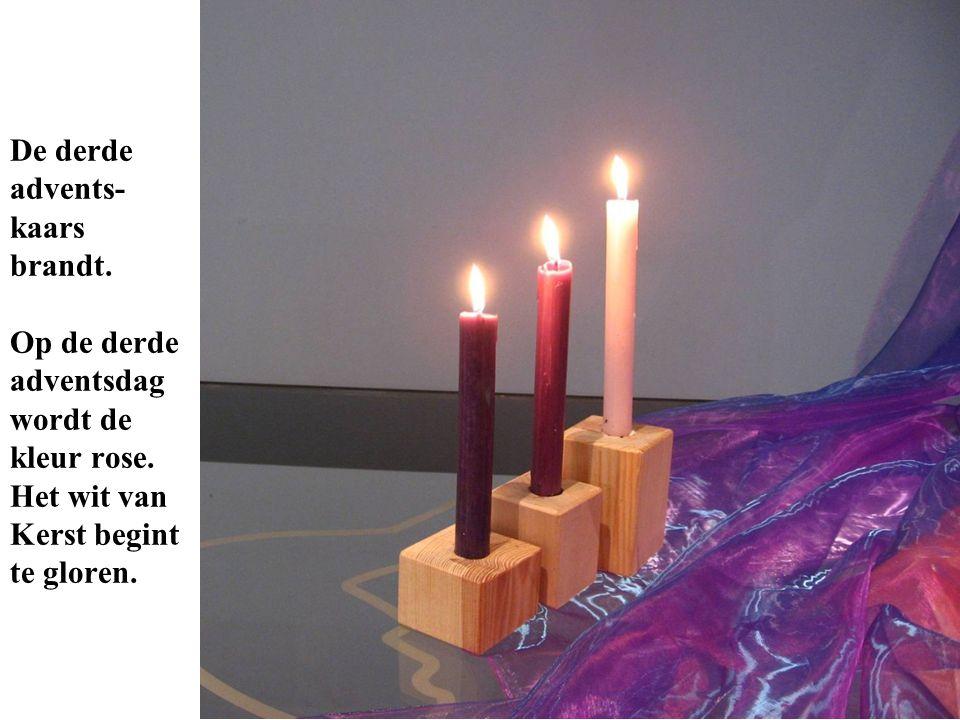 De derde advents- kaars brandt