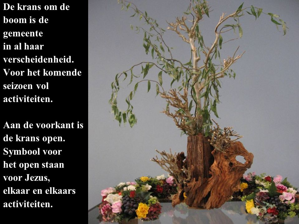 De krans om de boom is de. gemeente. in al haar. verscheidenheid. Voor het komende. seizoen vol.