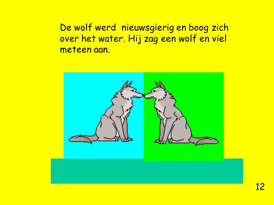 De wolf werd nieuwsgierig en boog zich over het water