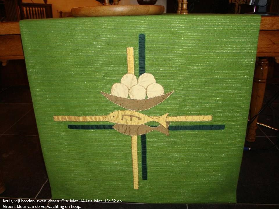 Kruis, vijf broden, twee vissen. O.a. Mat. 14 i.t.t. Mat. 15: 32 e.v.