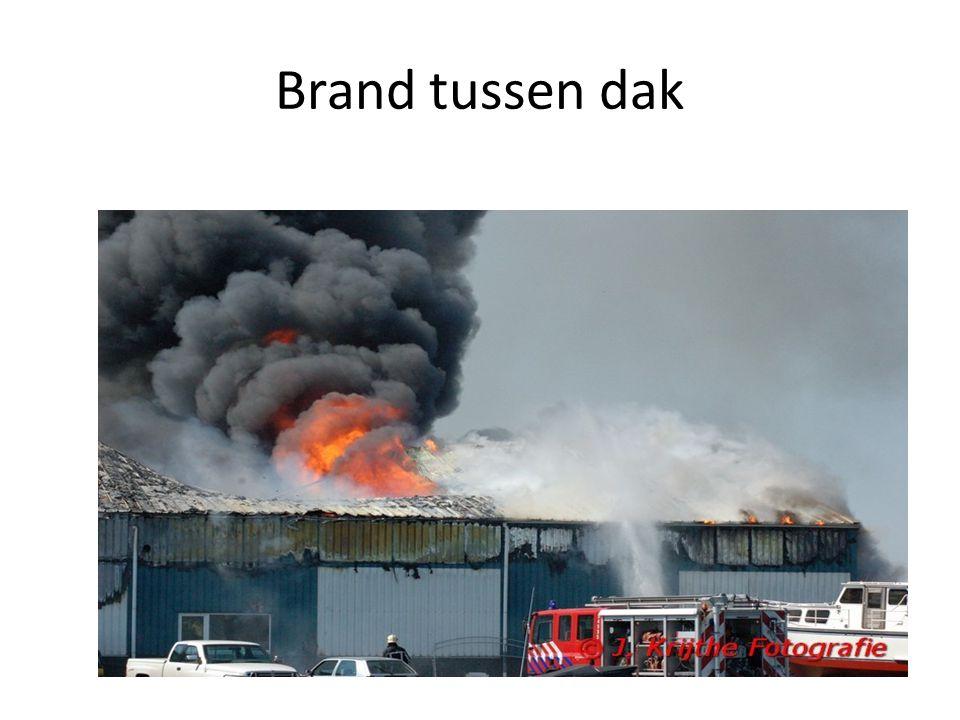 Brand tussen dak