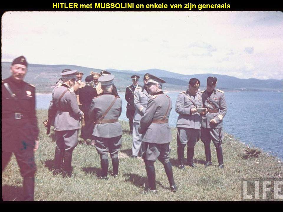 HITLER met MUSSOLINI en enkele van zijn generaals