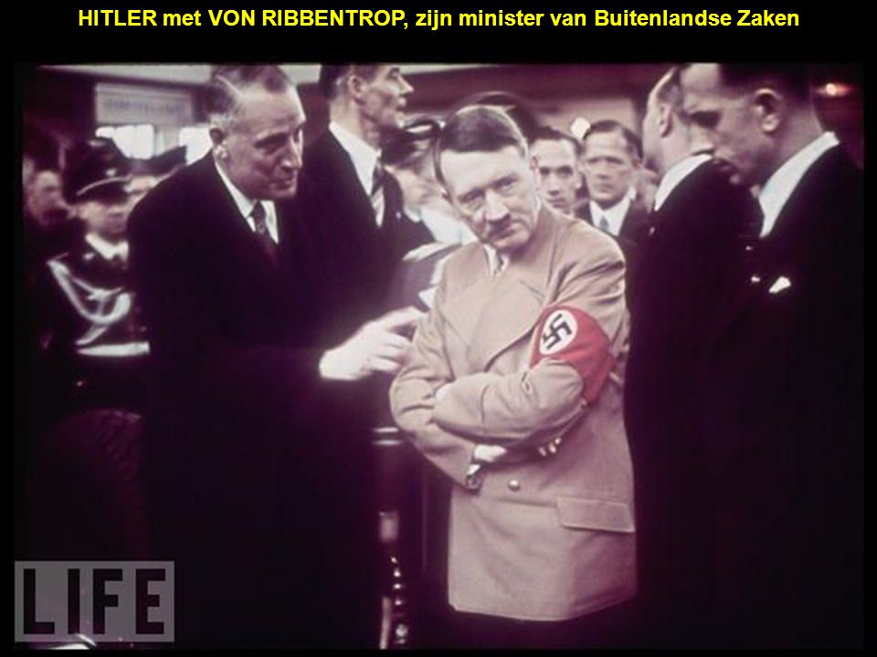 HITLER met VON RIBBENTROP, zijn minister van Buitenlandse Zaken