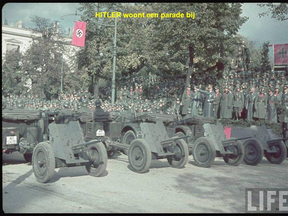 HITLER woont een parade bij