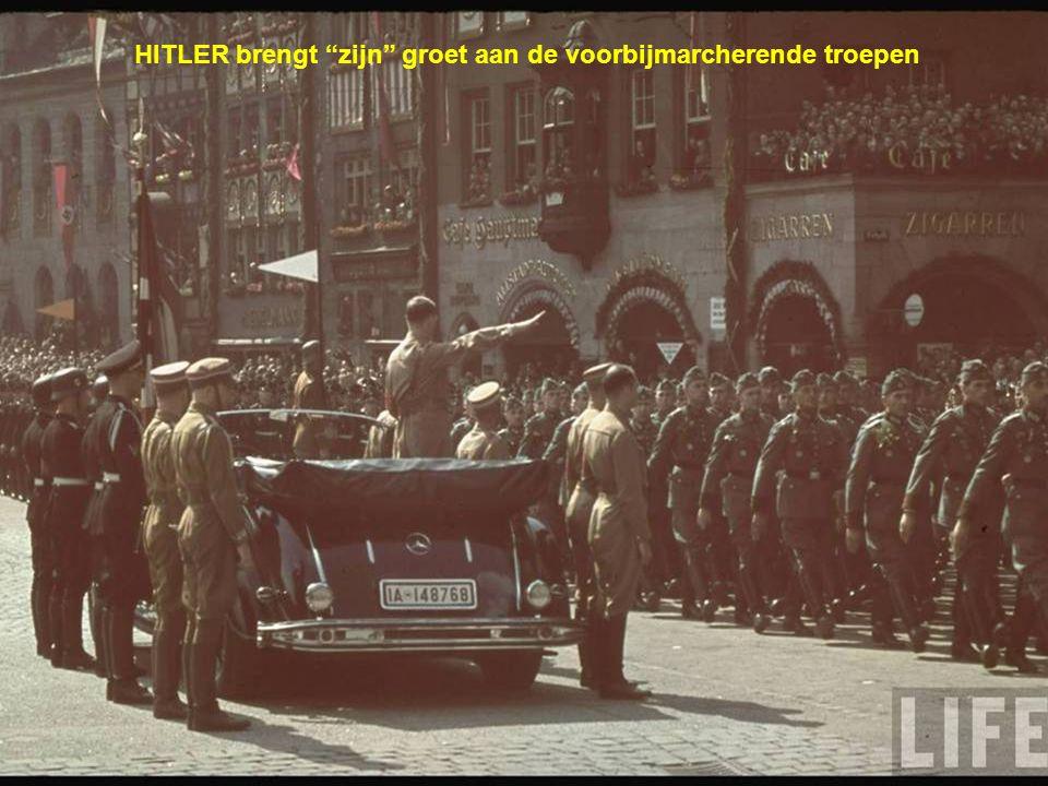 HITLER brengt zijn groet aan de voorbijmarcherende troepen