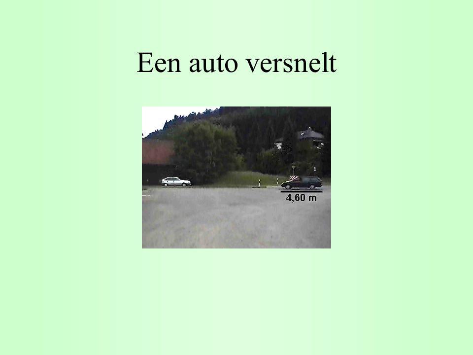 Een auto versnelt