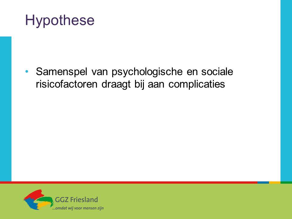 Hypothese Samenspel van psychologische en sociale risicofactoren draagt bij aan complicaties