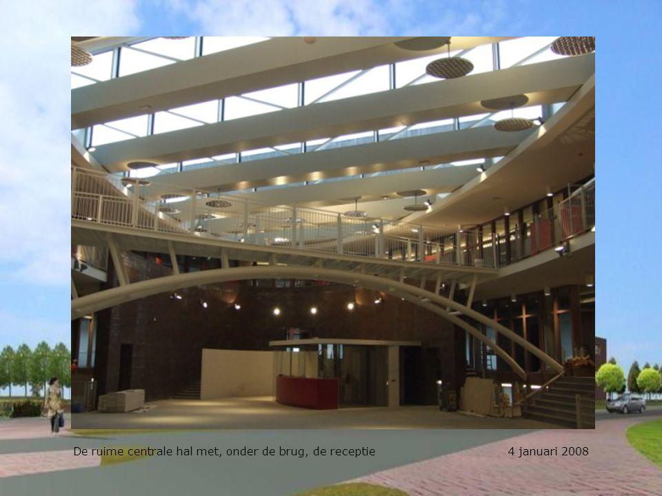De ruime centrale hal met, onder de brug, de receptie 4 januari 2008