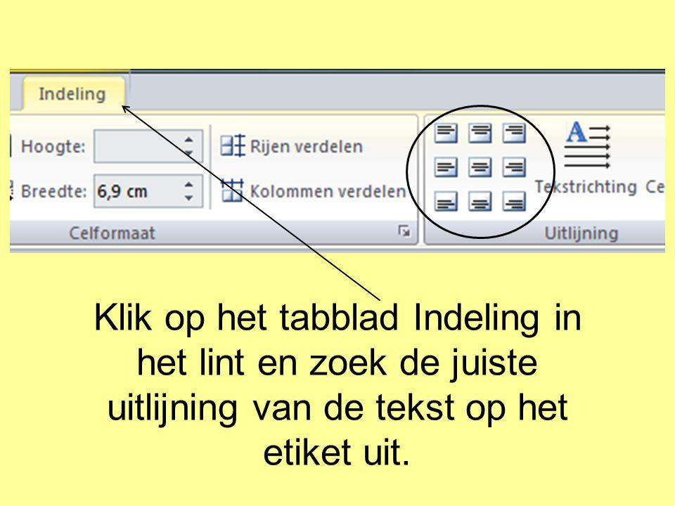 Klik op het tabblad Indeling in het lint en zoek de juiste uitlijning van de tekst op het etiket uit.