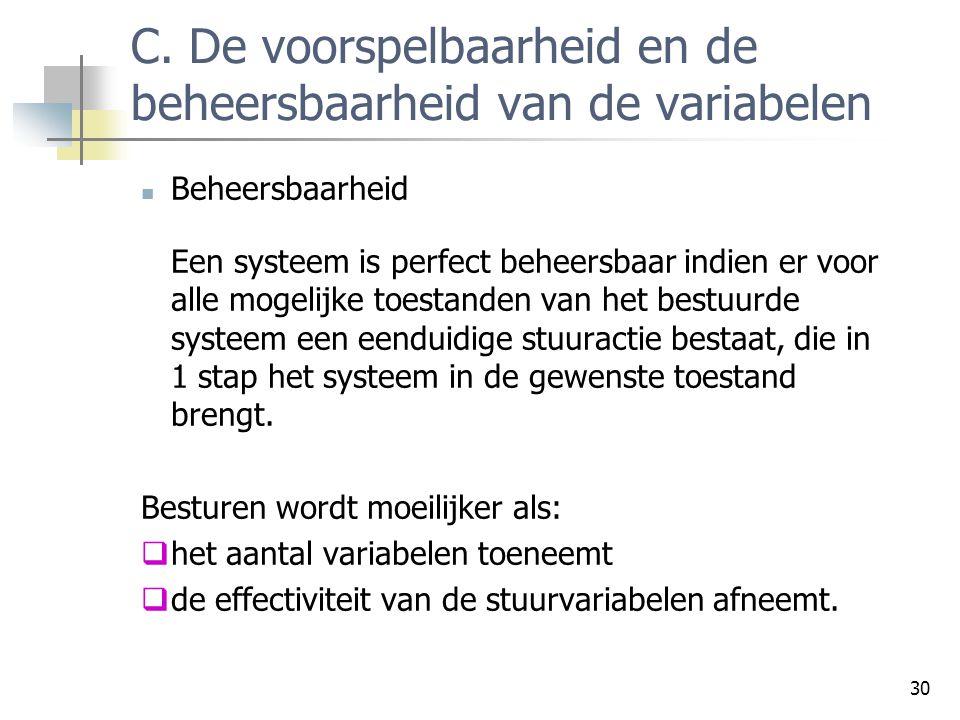 C. De voorspelbaarheid en de beheersbaarheid van de variabelen