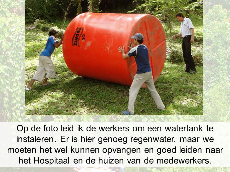 Op de foto leid ik de werkers om een watertank te instaleren