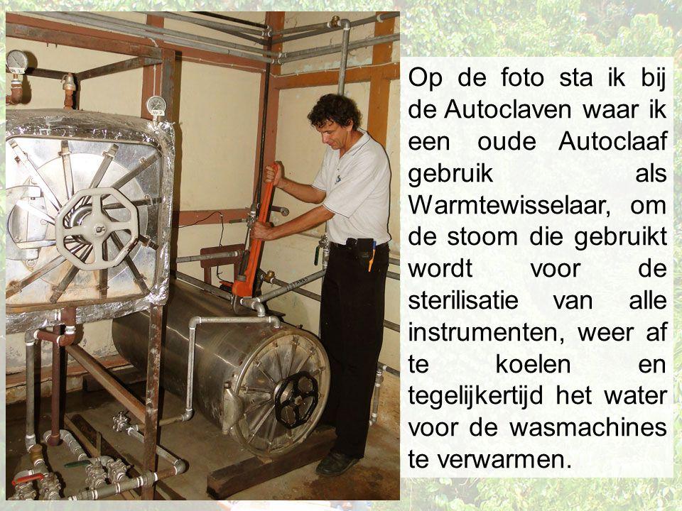 Op de foto sta ik bij de Autoclaven waar ik een oude Autoclaaf gebruik als Warmtewisselaar, om de stoom die gebruikt wordt voor de sterilisatie van alle instrumenten, weer af te koelen en tegelijkertijd het water voor de wasmachines te verwarmen.