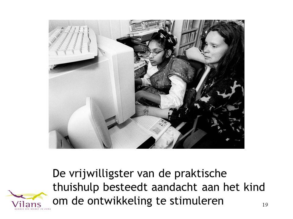 De vrijwilligster van de praktische thuishulp besteedt aandacht aan het kind om de ontwikkeling te stimuleren