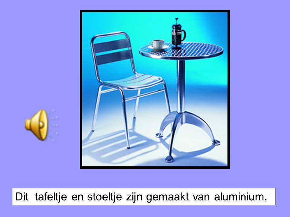 Dit tafeltje en stoeltje zijn gemaakt van aluminium.